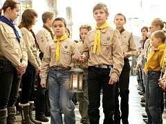 Některé děti i dospělí si přišli do katedrály svátého Petra a Pavla pro Betlémské světlo.