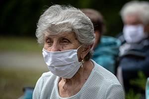 Některé domovy důchodců v kraji trápí nedostatek pečovatelů a pečovatelek.