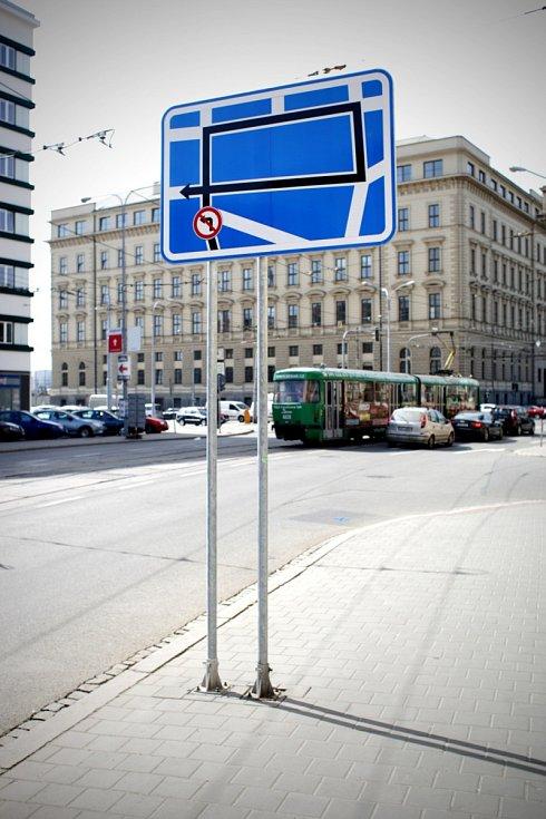 Chcete-li odbočit doleva, musíme jet nejprve rovně a potom třikrát doprava. Zhruba takový je výklad dopravní značky, která je umístěna na křižovatce ulic Cejl a Koliště v centru Brna. Její fotografie koluje po sociálních sítích a baví lidi.