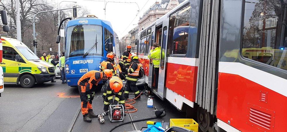 Srážka dvou tramvají s osobním autem zablokovala dopravu na Konečného náměstí.