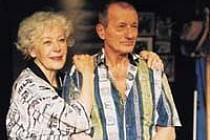 KVěta Fialová a Radoslav Brzobohatý tvoří ve hře Ernesta Thompsona stárnoucí manželský pár