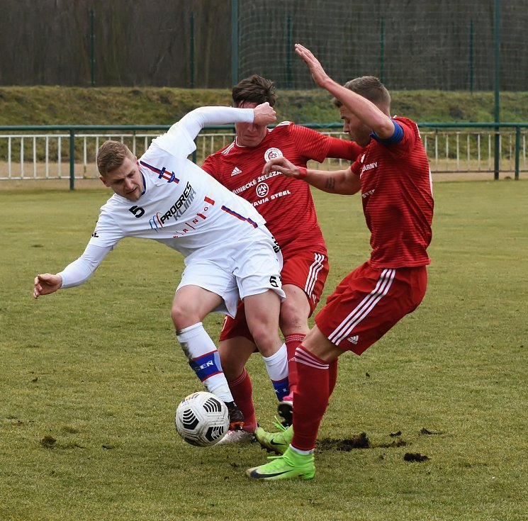 Líšeňští fotbalisté (v bílém Michal Jeřábek) zvítězili před startem jarní části FORTUNA:NÁRODNÍ LIGY v přípravném utkání s Třincem 1:0.