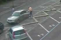 Nepoctivého nálezce klíčů, který následně jejich majiteli ujel i s autem, k němuž svazek patřil, zachytily průmyslové kamery. Po zatím neznámém pachateli, který s audi odjel na projížďku městem, pátrají policisté.