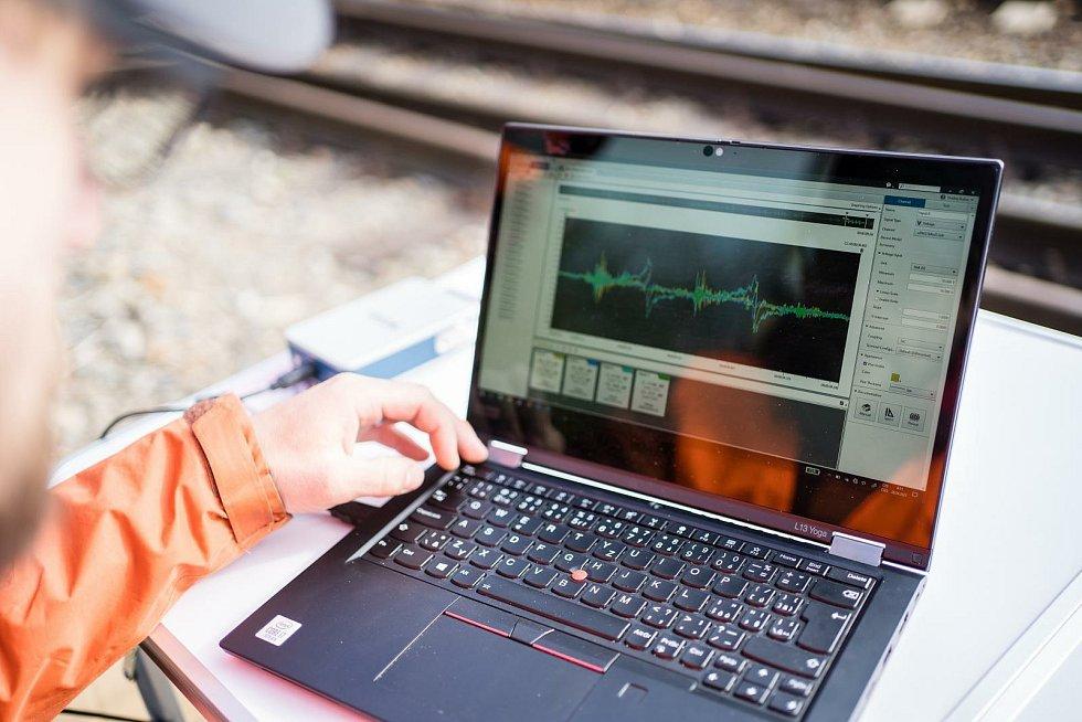 Senzor, který by měl z železnic udělat bezpečnější prostředí, vyvíjejí odborníci z brněnské techniky.