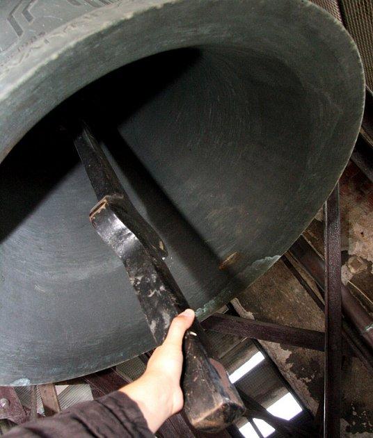 Kostelní zvony na brněnském náměstí Míru připravují některým lidem nedobrovolný budíček