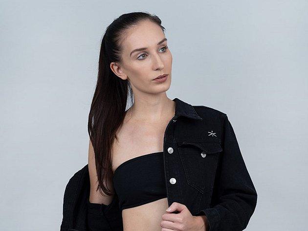 Mladá návrhářka Natálie Dvořáková a její oblečení.