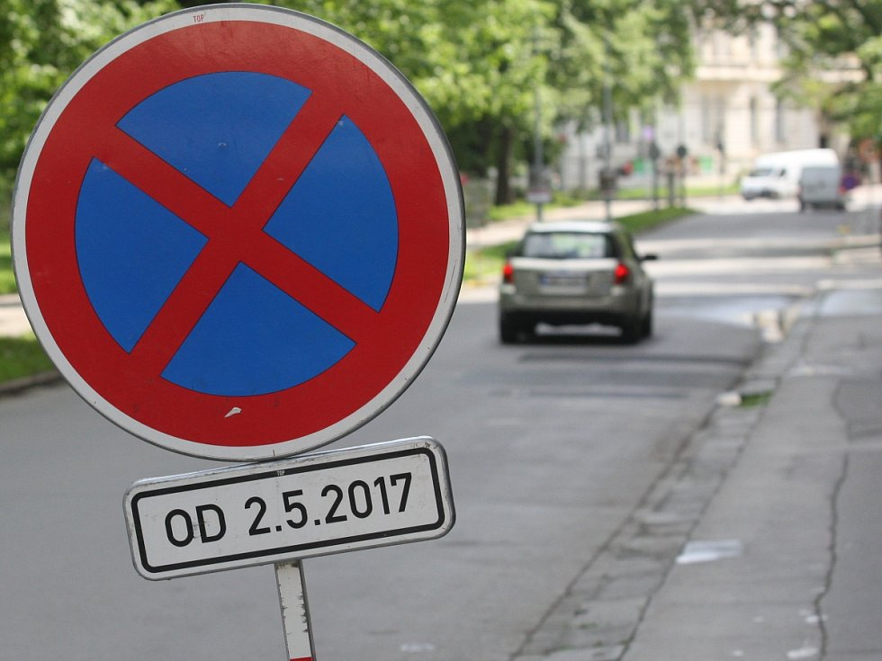 Obvyklé problémy s parkováním poblíž parku Lužánky zhoršuje zákaz stání v části Lužánecké ulice.