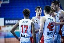 Brněnští basketbalisté se radí při utkání skupiny A proti USK Praha. Pražany vyzvou i v play-off.