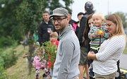 I přes déšť obsypali břeh řeky Svitavy diváci. Mladí, starší i rodiny s dětmi se přišli podívat na letošní ročník Neckyády, která byla součástí festivalu Překročme řeku.