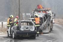 Hořet začala dvě auta, která se srazila ve středu ráno v Ochozu u Brna. Jeden řidič se lehce zranil, druhý z místa utekl.