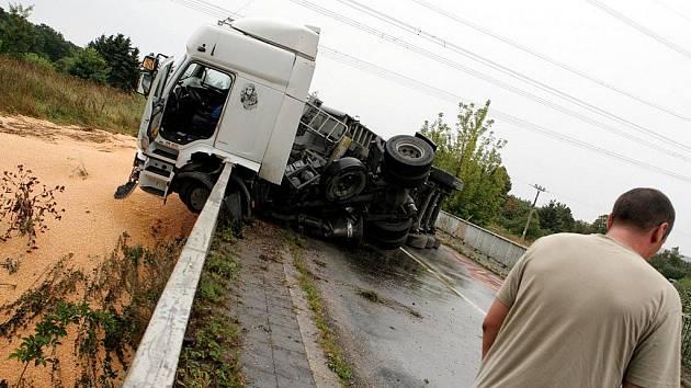 Vyvrácený kamion u Měnína.