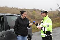 Policisté kontrolovali v úterý ráno u Nosislavi připravenost řidičů na zimní období.