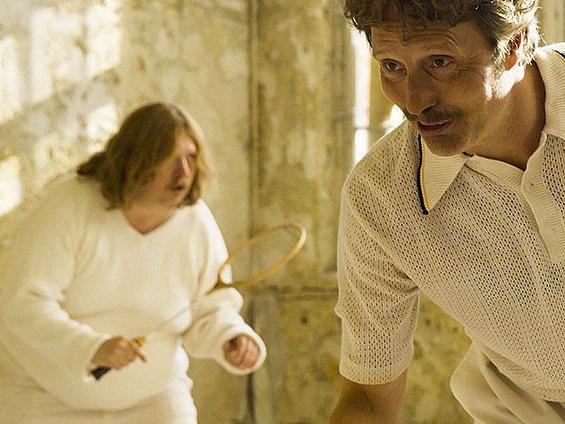 Snímek z filmu O kuřatech a lidech, jehož režisérem i scenáristou je Anders Thomas Jensen.