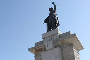 Socha rudoarmějce na brněnském Moravském náměstí.