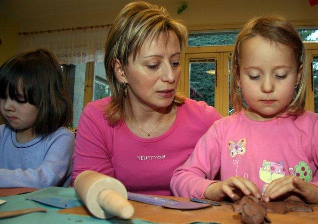 Děti se učí pracovat s keramikou
