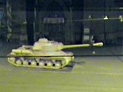 Mladík v noci vylezl na dělo růžového tanku v Brně.