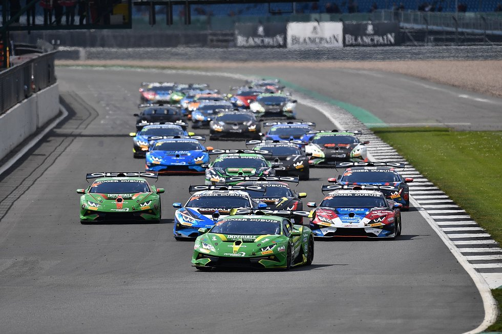 Úvodní závody seriálu Lamborghini Super Trofeo hostil britský Silverstone.