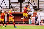 6. kolo F:NL: FK Dukla Praha (červeno-žlutá) - SK Líšeň (v bílém Ondřej Ševčík)