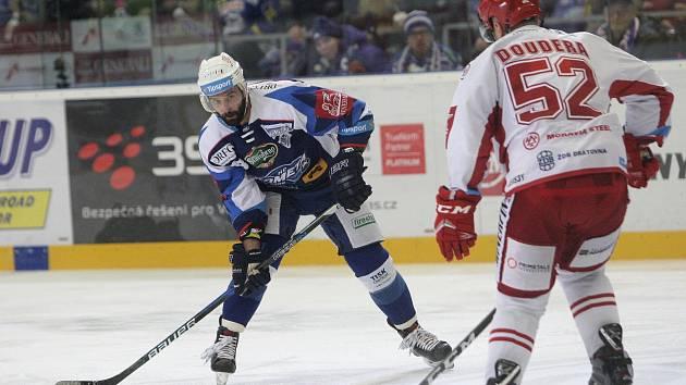 Hokejista Tomáš Svoboda odchází na hostování do Pardubic.