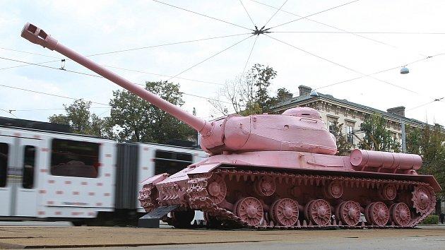 Růžový tank před brněnským takzvaným Červeným kostelem.
