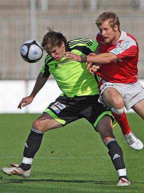 David Komínek v zeleném dresu Dosty Bystrc při utkání s juniorkou 1.FC Brno.