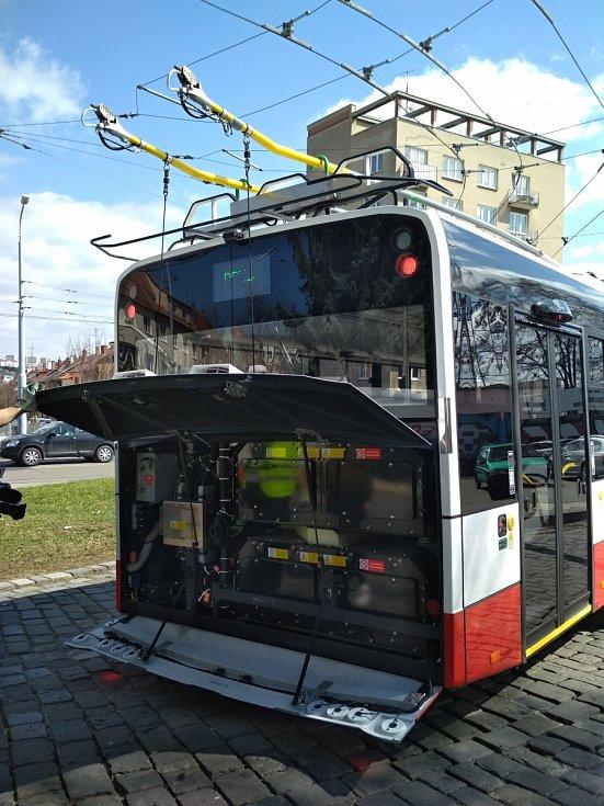 Několik desítek kilometrů bez trolejí ujede nový parciální trolejbus Dopravního podniku města Brna. Díky bateriím.