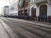 Lidé čekají v dlouhé frontě na nové dvacetikoruny.
