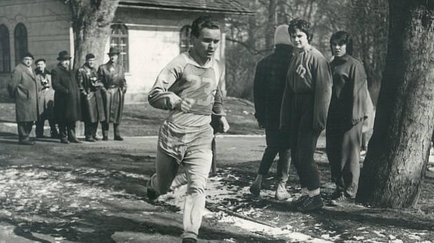 Miroslav Jůza jako první československý atlet zaběhl míli pod čtyři minuty.