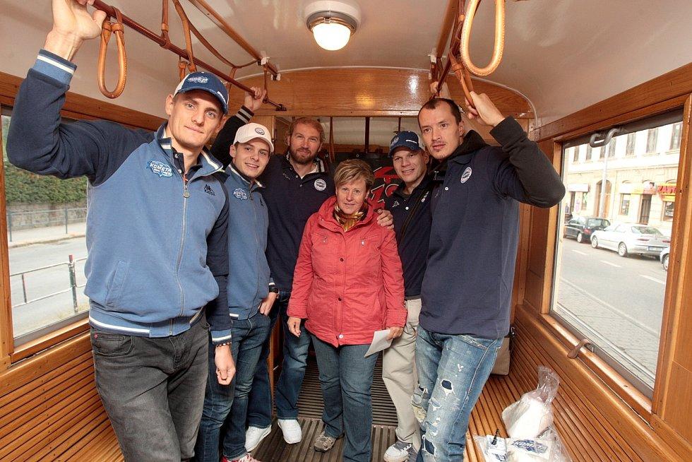 V historické tramvaji číslo jedna se lidé svezli spolu s hokejisty brněnské Komety.