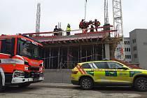 Muž spadl do šachty na staveništi poblíž Čechyňské ulice v Brně. Zachraňovali jej hasiči i zdravotníci