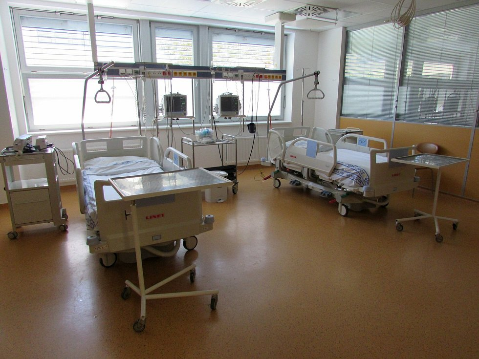 Břeclavská nemocnice a lůžka pro jednotku intenzivní péče.