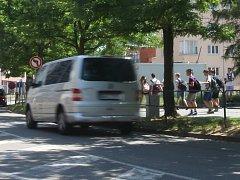 Přes důkladné rozhlédnutí se na některých místech v okolí škol děti bojí samy přecházet ulici. Žáci tří brněnských základních škol místa proto zakreslili do dotazníku projektu Bezpečně do škol.