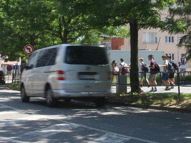 Do lavic bezpečně. Rodiče u brněnských škol zaparkují snáz