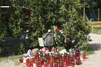Desítky zapálených svíček zaplavily v těchto dnech část hřiště v brněnských Soběšicích. Lidé tak chtějí uctít památku jednoho ze straších žáků, který zemřel při víkendové dopravní nehodě u Krhova.