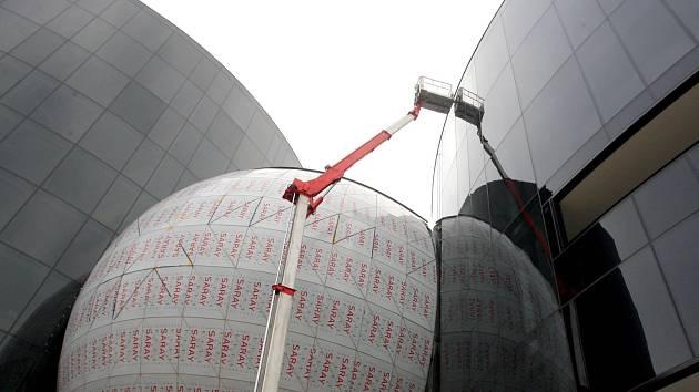 Budovu Sonocentra tvoří dvě věže a koule. V kouli bude koncertní pódium, ve vyšší devítimetrové věži vedle ní hotel.