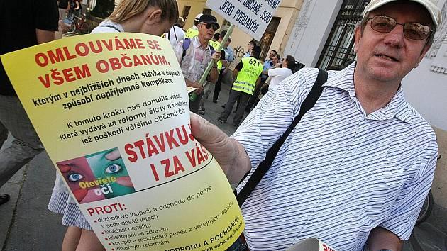 Protest odborářů před budovou hlavního nádraží v Brně.