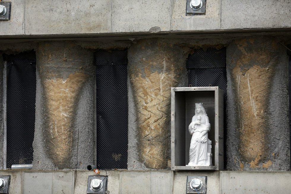 Soška svaté Barbory bude ode dneška strážit vjezd do vznikajícího tramvajového tunelu do bohunického kampusu. Patronka důlních staveb a podzemí byla posvěcena biskupem Vojtěchem Cikrlem a sošku odhalili představitelé města Brna a Dopravního podniku.