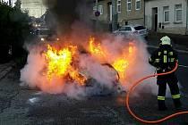 Motor auta hořel ve středu ráno v Komíně v Brně.