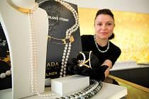 Pokochat se krásou perel v ceně milionů korun mohou lidé ve výlohách šperkařství Halada v centru Brna.