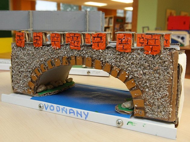Výstava miniatur mostů v Mahenově knihovně.