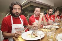 Fotbalisté Zbrojovky si užili kuchařský teambuilding před nedělním duelem s mistrovskou Plzní.