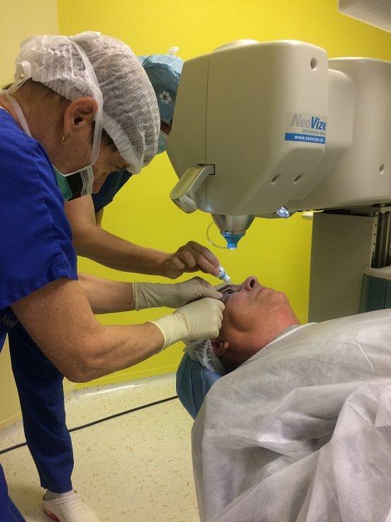 Lékaři odstraňují pacientovi šedý zákal pomocí laseru.