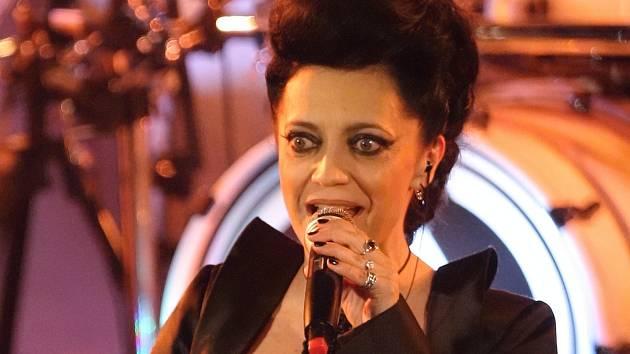 Sedmnáctinásobná Zlatá slavice Lucie Bílá zazpívala v úterý večer před vyprodaným brněnským klubem Semilasso při společném koncertě s kapelou Arakain.