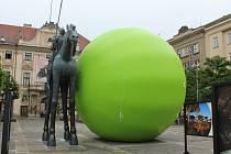 Obří zelený hrášek na Moravském náměstí. Kutálet se bude celým Brnem.