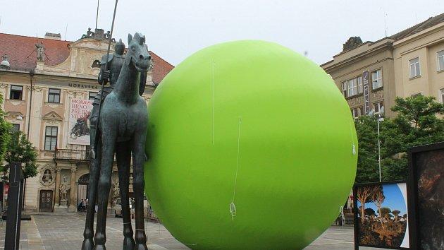 Na Moravském náměstí vyrostl obří sedmimetrový hrášek. Bude se kutálet Brnem