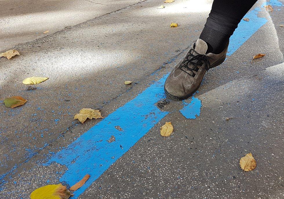 Na některých nově zaznačených místech se již barva odlupuje.