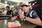 Filip Salač při podepisování na autogramiádě jezdců Moto GP v brněnské Vaňkovce.