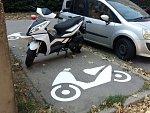 Speciální piktogramy označují parkovací místa pro skútry v brněnských Vinohradech.