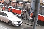 Černý pasažér okradl na zastávce Nemocnice Milosrdných bratří v Brně revizorku, policisté jej hledají.