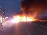 Plameny zachvátily dodávku v pátek před sedmou hodinou ráno na 178. kilometru dálnice D1 u Ostrovačic na Brněnsku.